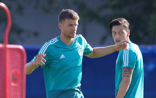 Thomas Müller (links)  zusammen mit Mesut Özil bei der Nationalmannschaft
