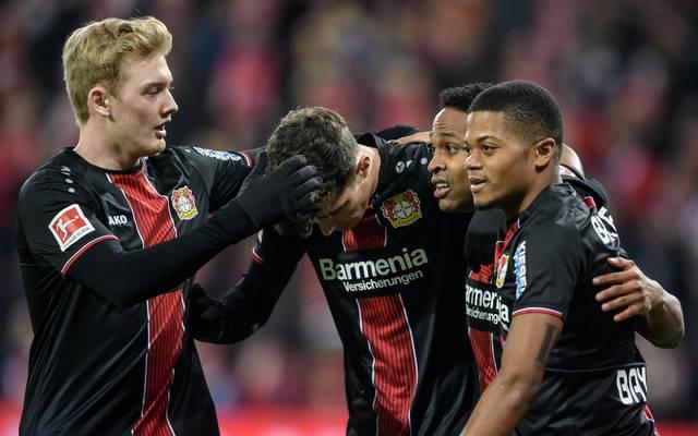 Julian Brandt (l.) ist über diese Saison hinaus an Bayer Leverkusen gebunden