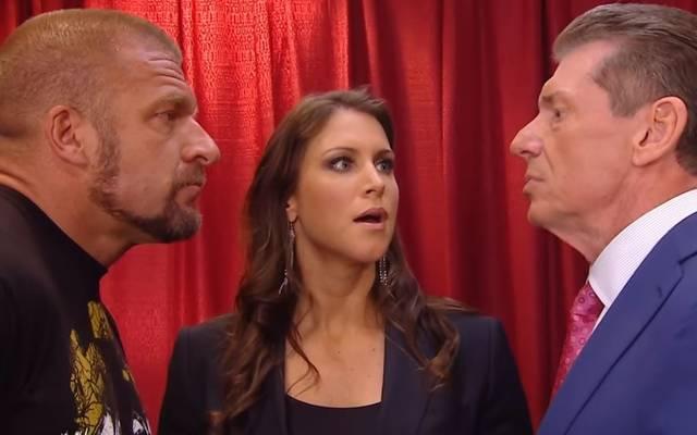 WWE-Chef Vince McMahon (r.) überlässt Schwiegersohn Triple H (l., mit Ehefrau Stephanie) die Show 205 Live