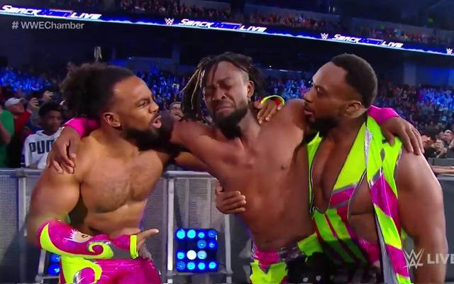 Kofi Kingston (M., mit Xavier Woods und Big E) wurde bei SmackDown spektakulär in Szene gesetzt