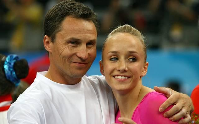 Valeri Liukin (l.) mit seiner Tochter Nastia bei Olympia 2008