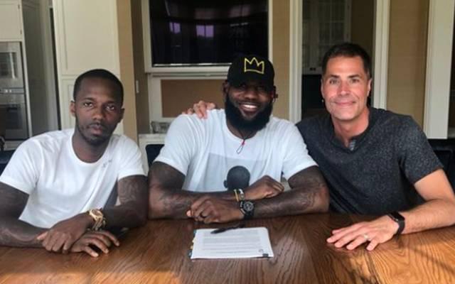 LeBron James (m.) hat bei den Lakers einen langfristigen Vertrag unterschrieben