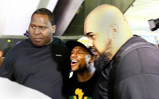 Floyd Mayweather (M.) mit Bodyguards im Jahr 2014