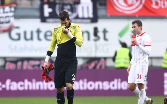 FCK-Torwart Marius Müller (l.) fliegt mit Gelb-Rot vom Platz und verschuldet dabei auch noch einen Elfmeter