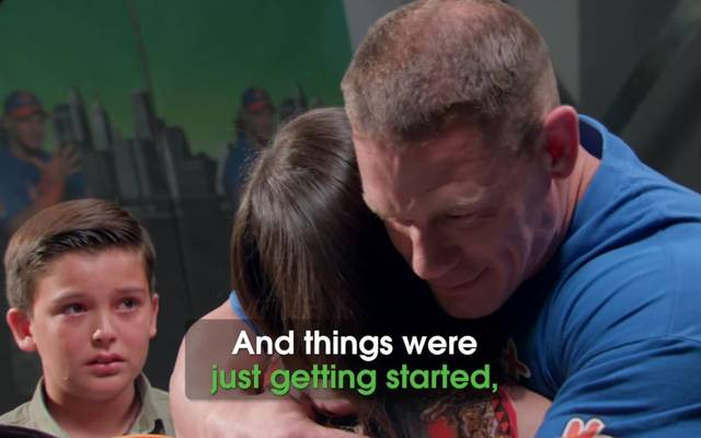 WWE-Star John Cena (r.) wurde von einem jungen Fan überrascht
