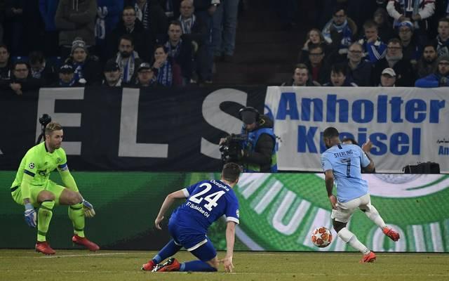 Nach seinem Fehler kann Bastian Oczipka von Schalke 04 nur noch zuschauen, wie Raheem Sterling den Siegtreffer für ManCity erzielt