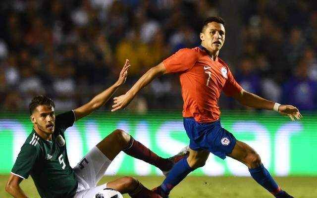Alexis Sanchez (r.) ist der momentan bekannteste chilenische Fußballspieler