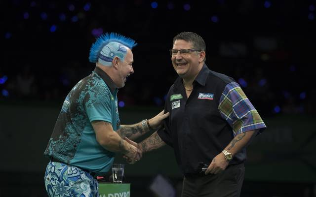 Gary Anderson (r.) warf im Finale der Champions League of Darts gegen Peter Wright drei 10-Darter