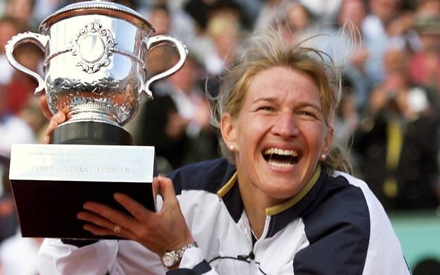 "Steffi Graf of Germany jubilates as she Steffi Graf bei ihrem letzten Triumph bei den French Open (1999) mit ""La Coupe Suzanne Lenglen"""
