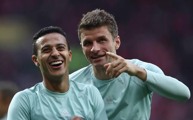 Thiago und Thomas Müller sitzen bim FC Bayern erst mal auf der Bank