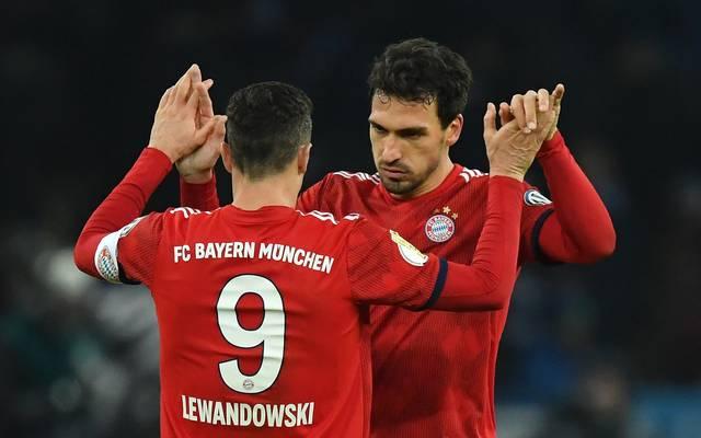 DFB-Pokal, Viertelfinale: Bayern München nicht im Free-TV , ARD zeigt Schalke, Mats Hummels und Robert Lewandowski freuen sich über den Sieg bei Hertha BSC
