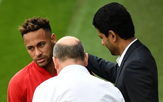 Nasser Al-Khelaifi (r.) will Neymar (l.) bei Paris Saint-Germain halten