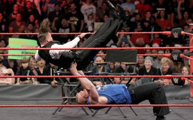 Brock Lesnar (u.) wirbelte bei WWE Monday Night RAW nicht nur The Miz durch die Luft