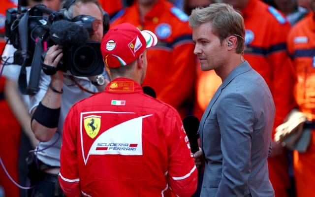 Nico Rosberg (r.) teilt gegen Sebastian Vettel aus