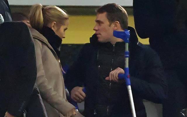 Manuel Neuer braucht immer noch Krücken