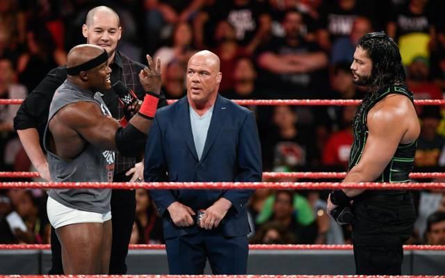 Bobby Lashley (l.) und Roman Reigns (r.) gerieten bei WWE Monday Night RAW in einen Streit