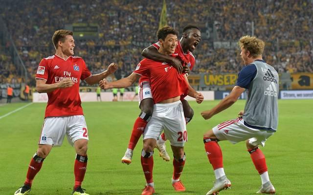Hee-Chan Hwang wird von den Teamkollegen des Hamburger SV nach seinem Tor gefeiert