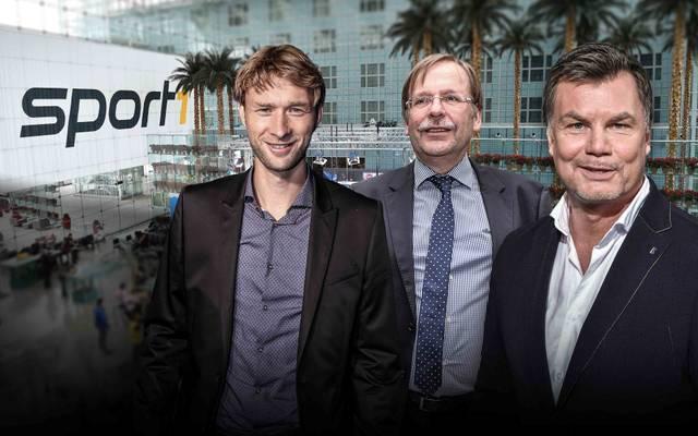 Dr. Rainer Koch (M.) und Simon Rolfes (l.) sind am Sonntag zu Gast im CHECK24-Doppelpass auf SPORT1