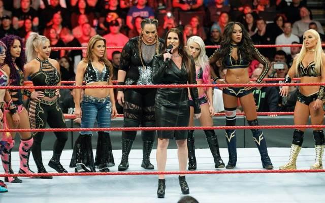 WWE-Vorstand Stephanie McMahon (M.) verkündete bei Monday Night RAW das erste Royal-Rumble-Match der Frauen