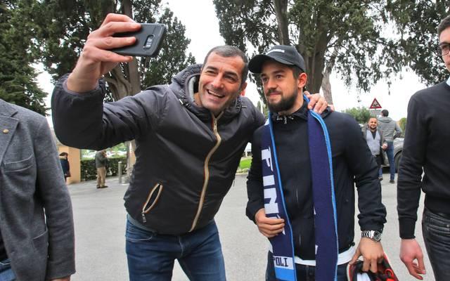 Amin Younes (r.) ließ sich in Neapel schon mit Napoli-Fans und Vereinsschal fotografieren