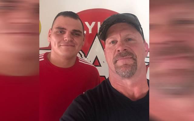 Auch WWE-Legende Stone Cold Steve Austin (r.) hat WALTER für gut befunden