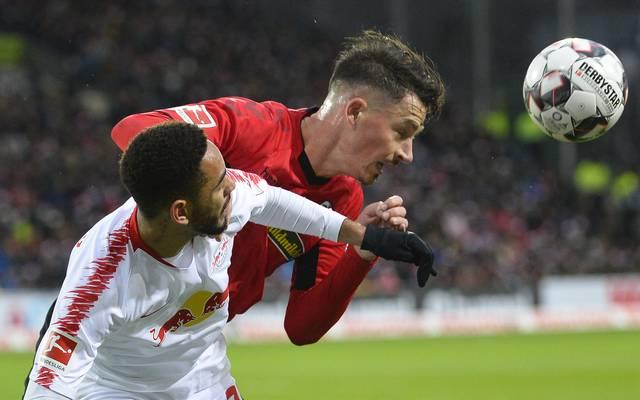 SC Freiburg: Robin Koch fällt nach Innenbandriss aus, Robin Koch (rechts) im Duell mit Leipzigs Cunha Matheus