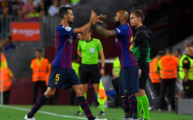 Sergio Busquets (l.) steht angeblich vor einer Vertragsverlängerung beim FC Barcelona
