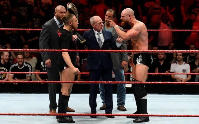 Pete Dunne (2.v.l.) und Zack Gibson (r.) duellierten sich bei WWE NXT vor den Augen der Legenden Triple H, Johnny Saint und Shawn Michaels (v.l.)
