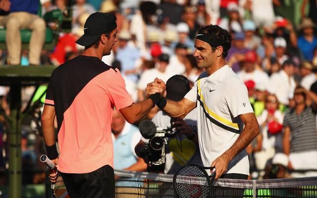Roger Federer gratuliert Thanasi Kokkinakis zum Sieg