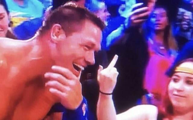 Ein Fan zeigt John Cena den Stinkefinger