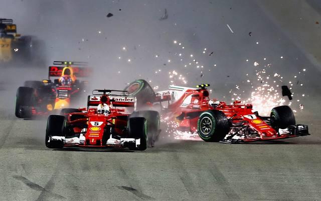 Letztes Jahr krachte es in Singapur schon kurz nach dem Start zwischen Sebastian Vettel (5) und Kimi Räikkönen (7)