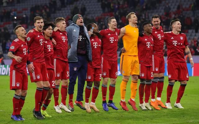Die Spieler des FC Bayern feiern den vorzeitigen Einzug ins Achtelfinale