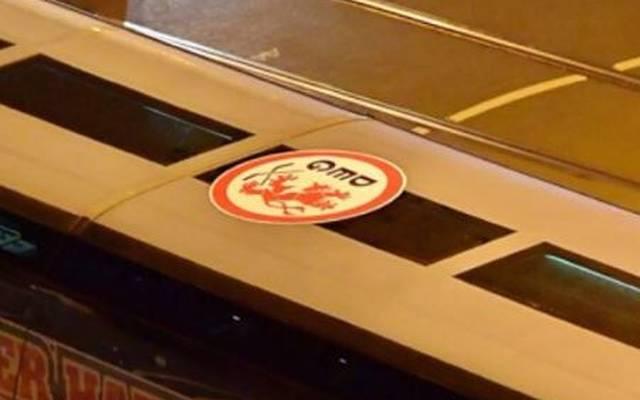 DEL: Kölner Haie versteigern Aufkleber der Düsseldorfer EG bei Ebay, Fans der Düsseldorfer EG bringen einen Aufkleber auf dem Bus der Kölner Haie an