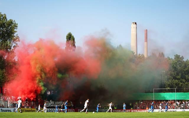 Anhänger von Bayer Leverkusen entzündeten in Pforzheim Rauchtöpfe