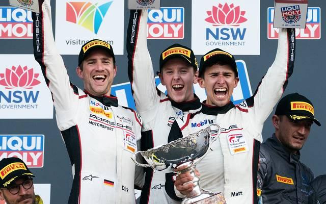 Dirk Werner, Matt Campbell und Dennis Olsen (v.l.) feiern ihren Bathurst-Sieg im Porsche
