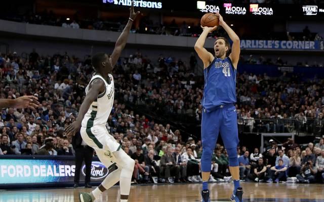 Dirk Nowitzki (r.) will seinen Vertrag bei den Dallas Mavericks bis 2019 erfüllen