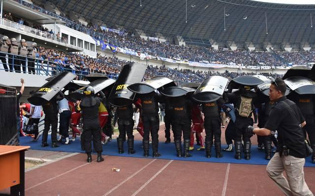 Fußball: Indonesischer Fußball-Fan mit Eisenstangen zu Tode geprügelt, Nach Krawallen zwischen Fans von Persib Bandung und Persija Jakarta stirbt ein Fan