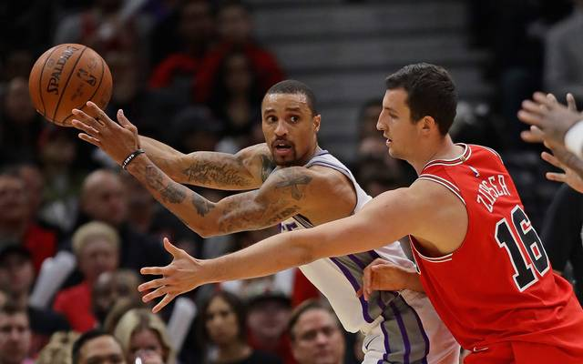 Sacramento Kings gegen Chicago Bulls um Paul Zipser