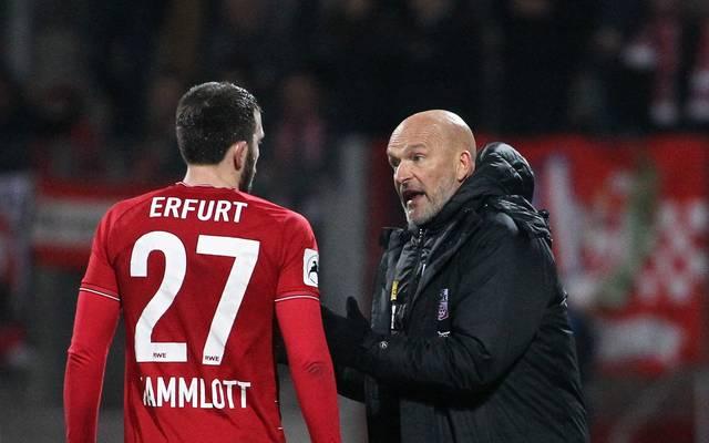 Erfurts Trainer Stefan Emmerling im Gespräch mit Carsten Kammlott