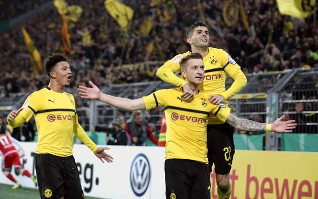 Marco Reus lässt sich nach seinem BVB-Siegtreffer feiern