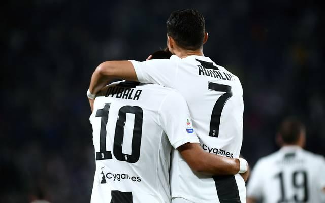 Paulo Dybala lässt sich nach seinem Tor von Cristiano Ronaldo feiern