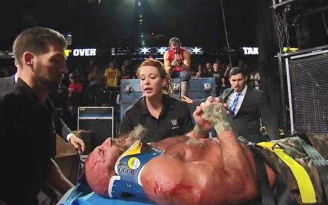Johnny Gargano (sitzend) und Tommaso Ciampa lieferten sich eines der heftigsten WWE-Matches aller Zeiten
