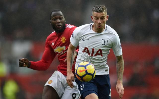 Manchester United (l.: Romelu Lukaku) steht bei Tottenham Hotspur (r.: Toby Alderweireld) vor einer schwierigen Aufgabe