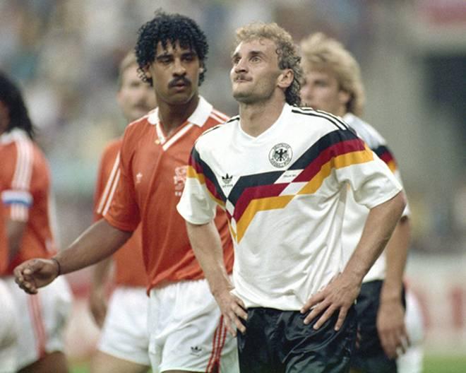 24. Juni 1990 in Mailand: Im WM-Achtelfinale spuckt Frank Rijkaard Rudi Völler an