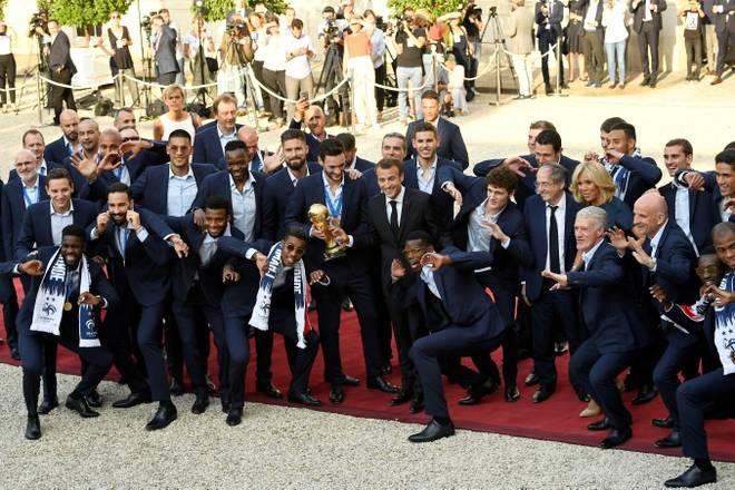 Die Weltmeister feiern ihren Coup zusammen mit Staatspräsident Emmanuel Macron