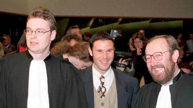 Jean-Marc Bosman (M.) und seine Anwälte zeigen sich 1995 nach dem Urteil zufrieden