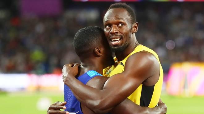 Justin Gatlin wird von Usain Bolt (r.) umarmt