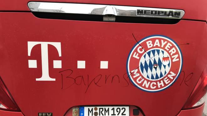 Der Bus der Bayern-Junioren wurde mit einem Flizstift beschmiert