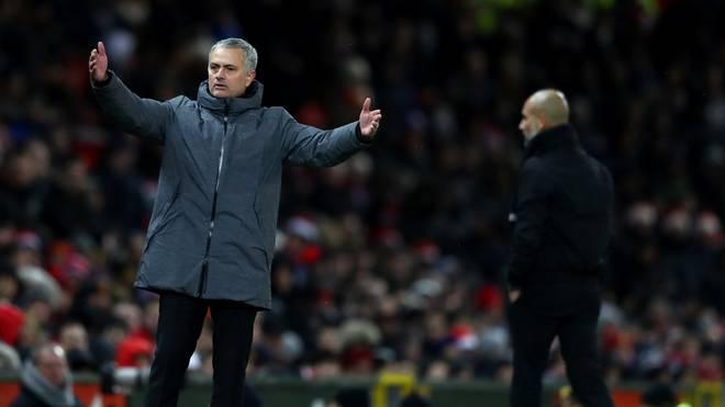 United-Teammanager Jose Mourinho soll im Derby mit Wasser und Milch bespritzt worden sein