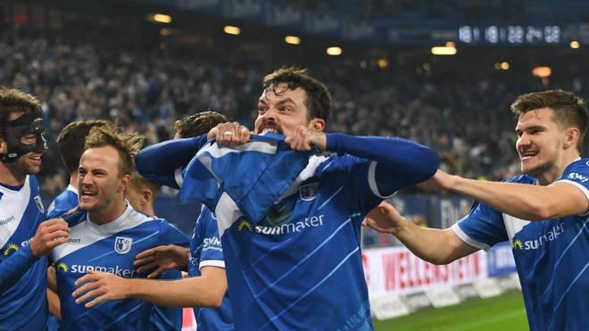 Dennis Erdmann macht sich nach Magdeburgs Siegtreffer in Hamburg an der Eckfahne zu schaffen